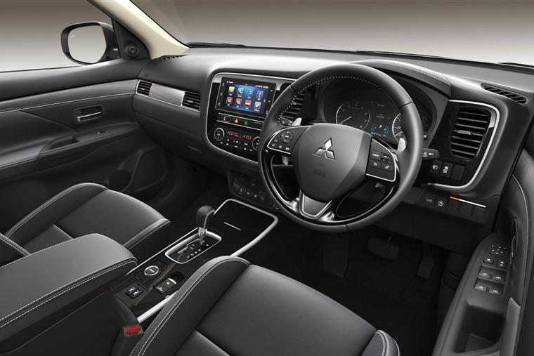 19MY Outlander 4 Petrol - Side Dashboard HR