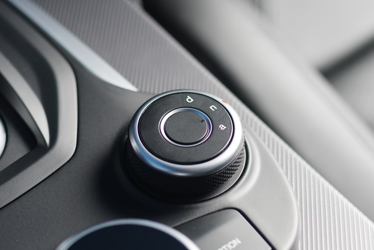 The driving modes are controlled via a dial in the centre console.