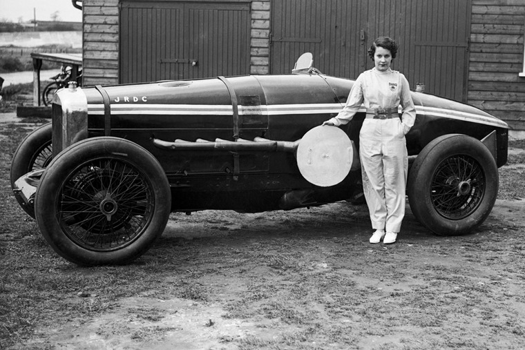 Kay-Petre-poses-with-her-Delage-May-1935-1600x1105