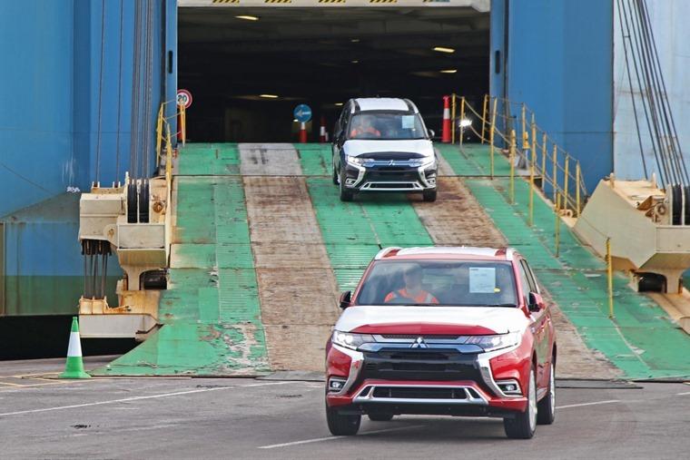 Mitsubishi Outlander PHEV 2018 disembarking