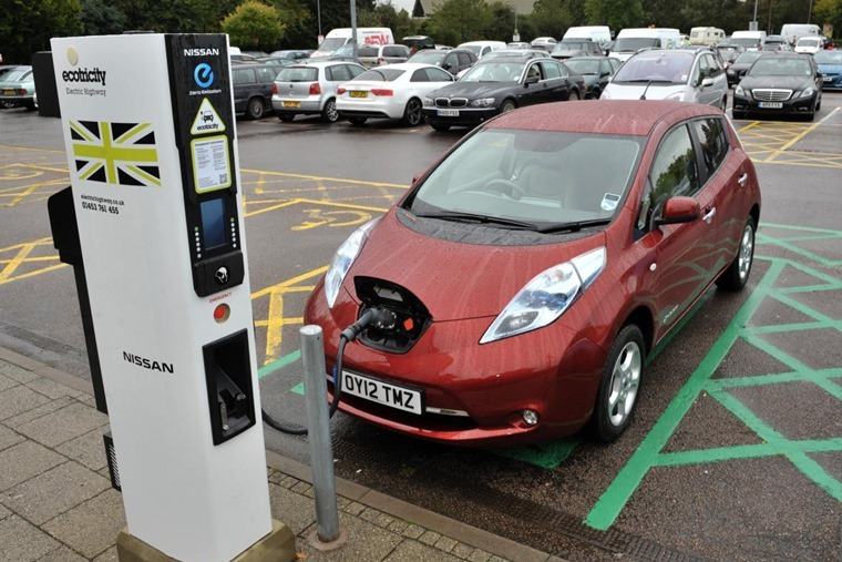 Nissan-LEAF-at-an-Ecotricity-fast-charger_7