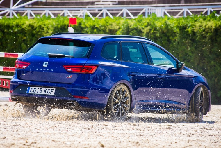 SEAT_Leon_CUPRA_and_show_jumping_horse_contest_agility_challenge-Small-30525