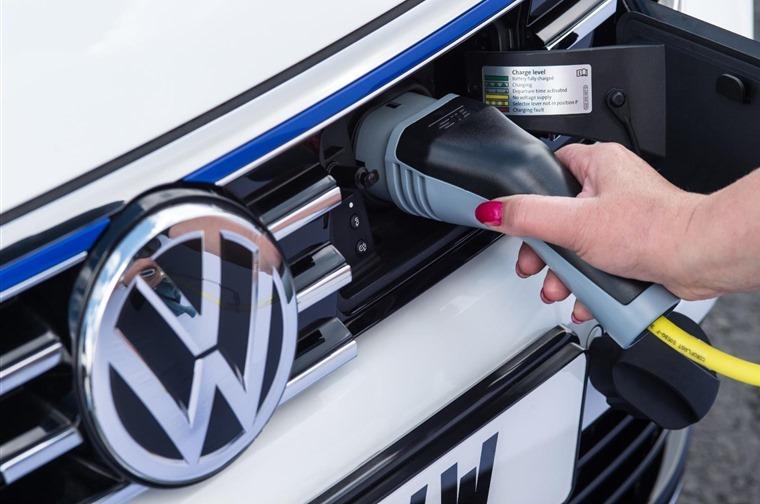 Volkswagen-Passat-GTE-charge